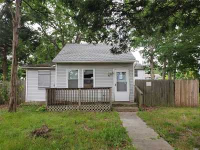Wyandanch Single Family Home For Sale: 90 Commonwealth Dr