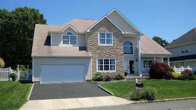 Holtsville Single Family Home For Sale: 67 Summerfield Dr