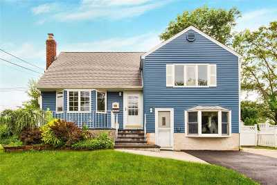 Nassau County Single Family Home For Sale: 53 Eastgate Rd