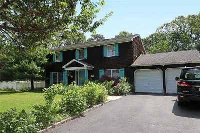 Hauppauge Single Family Home For Sale: 55 Pinedale Rd