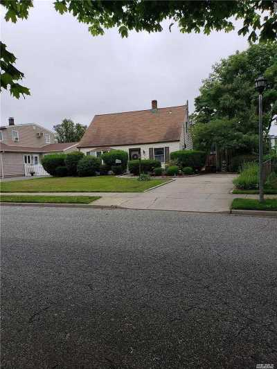 Levittown Single Family Home For Sale: 19 Crescent Ln