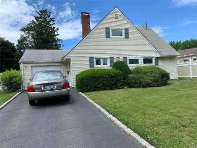 Nassau County Single Family Home For Sale: 32 Boxwood Ln