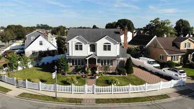 Franklin Square Single Family Home For Sale: 975 Center Dr
