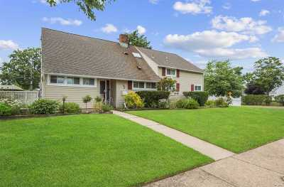 Wantagh Single Family Home For Sale: 2 Western Ln