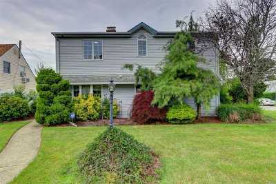 Levittown Single Family Home For Sale: 2 Ramble Ln