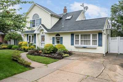 Levittown Single Family Home For Sale: 31 Glade Ln
