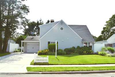 Westbury Single Family Home For Sale: 38 Foster Ln