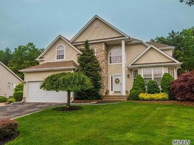 Holtsville Single Family Home For Sale: 7 Peachtree Ct