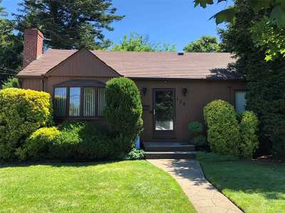 Hicksville Single Family Home For Sale: 129 Bay Ave