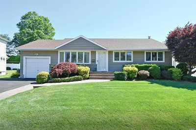 Plainview Single Family Home For Sale: 39 Clearwater Dr
