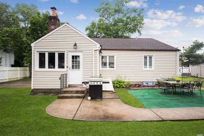 Plainview Single Family Home For Sale: 275 Manetto Hill Rd