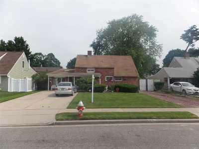 Hicksville Single Family Home For Sale: 33 Petal Ln