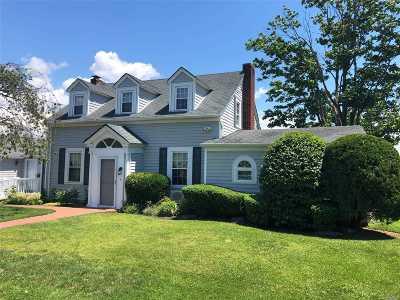 Bay Shore Single Family Home For Sale: 85 Shore Ln