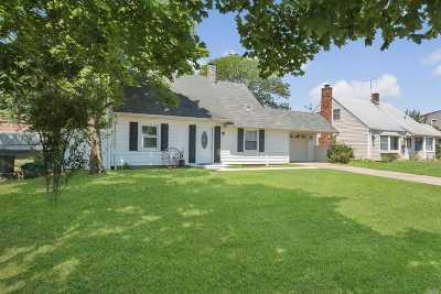 Levittown Single Family Home For Sale: 32 Farm Ln