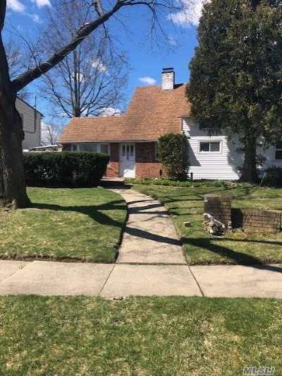 Hicksville Single Family Home For Sale: 42 Bridle Ln