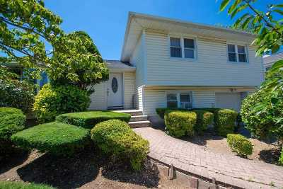 Plainview Single Family Home For Sale: 68 Grohmans Ln