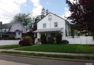 Lynbrook Single Family Home For Sale: 67 Oak St