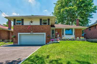 Westbury Single Family Home For Sale: 14 Oakdale Dr