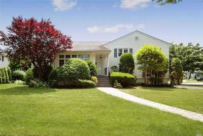 Garden City Single Family Home For Sale: 2 Surrey Ln