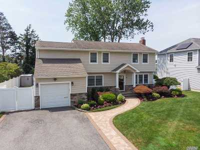 Plainview Single Family Home For Sale: 18 Bradford Rd