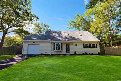 Holtsville Single Family Home For Sale: 2 Drury Ct