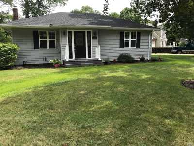 Center Moriches Single Family Home For Sale: 1 Hewitt Blvd