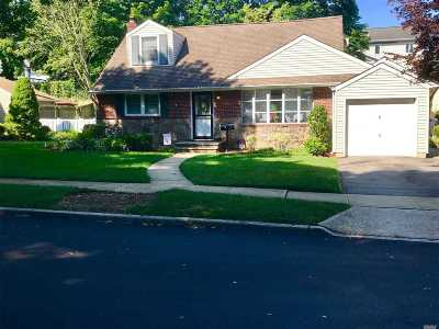 Farmingdale Single Family Home For Sale: 8 Langdon Rd