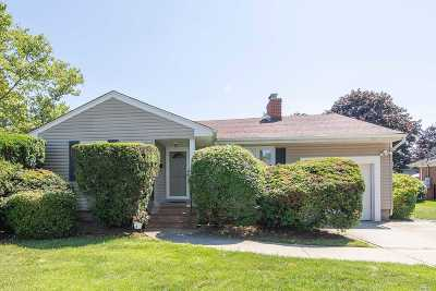 Syosset Single Family Home For Sale: 28 Gainsboro Ln