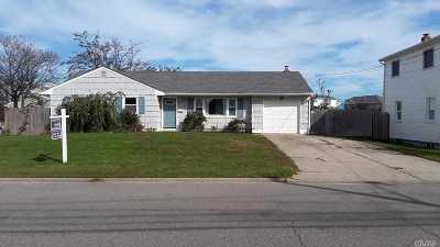 Lindenhurst Single Family Home For Sale: 844 Beach St