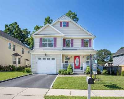 Huntington Single Family Home For Sale: 3 Reddy Pl