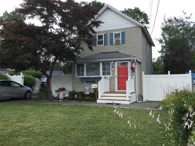 Suffolk County Single Family Home For Sale: 43 Division Ave