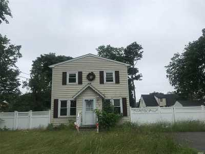 Bay Shore Single Family Home For Sale: 130 Smith St