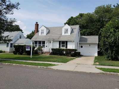 Albertson Single Family Home For Sale: 23 Foxcroft Rd