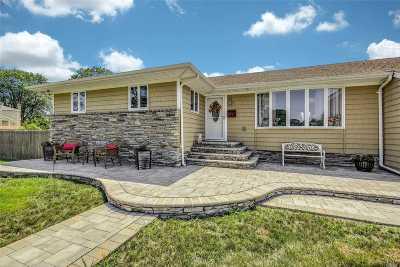 Bay Shore Single Family Home For Sale: 26 Castle Ln