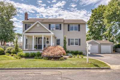 Suffolk County Single Family Home For Sale: 62 Liberty St