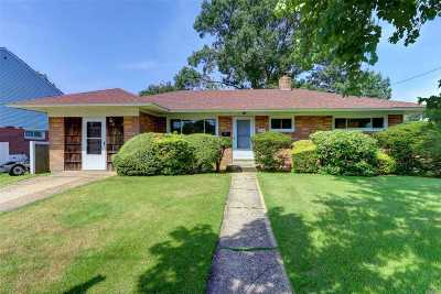 Bay Shore Single Family Home For Sale: 1092 Thompson Dr