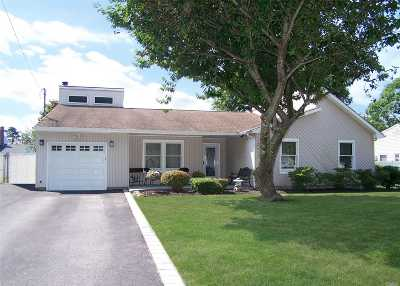 Ronkonkoma Single Family Home For Sale: 876 Peconic St