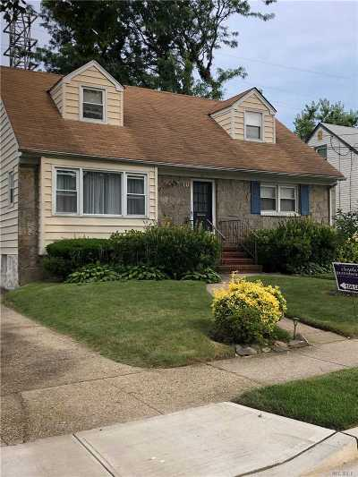 Lynbrook Single Family Home For Sale: 70 Piccadilly Downs