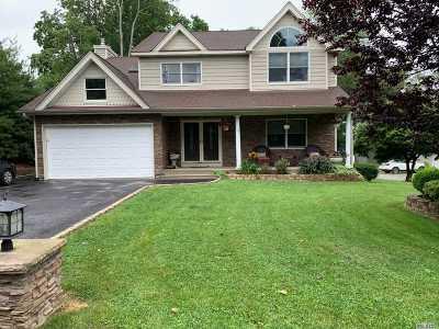 Ronkonkoma Single Family Home For Sale: 151 Farmardie Dr
