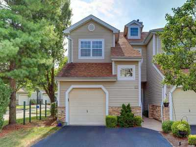 Plainview Condo/Townhouse For Sale: 83 Carriage Ln