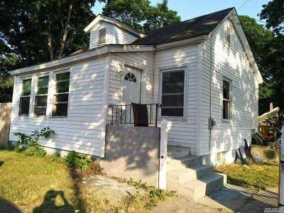 Wyandanch Single Family Home For Sale: 84 Jamaica Ave