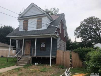 Hempstead Single Family Home For Sale: 99 Harvard St
