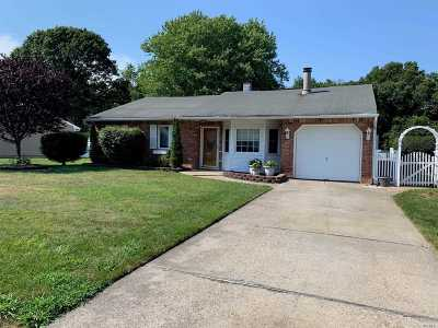 Bohemia Single Family Home For Sale: 94 Debbie Lee Ln