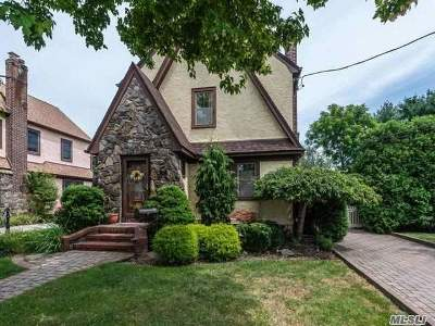 Hicksville Single Family Home For Sale: 17 East St