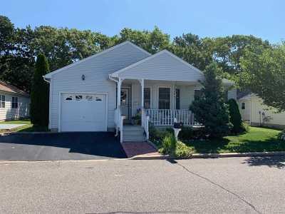 Manorville Condo/Townhouse For Sale: 35 E Village Cir