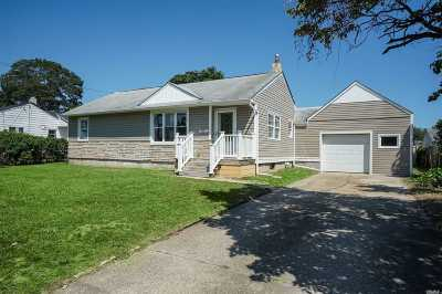 Bay Shore Single Family Home For Sale: 1077 Manor Ln