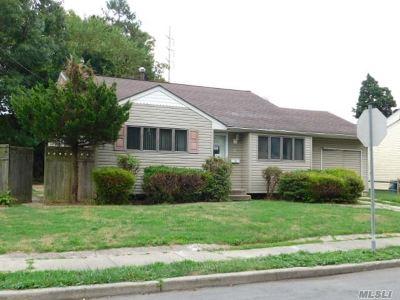 Lindenhurst Single Family Home For Sale: 32 Grand Ave