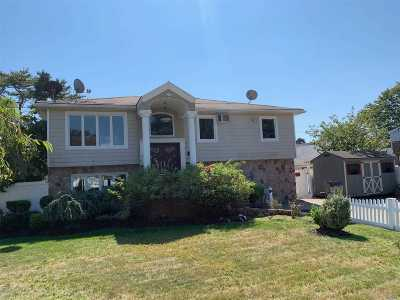 Farmingdale Single Family Home For Sale: 16 Dorset Ct