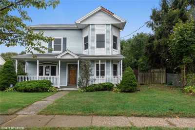 Farmingdale Single Family Home For Sale: 70 S Park Cir
