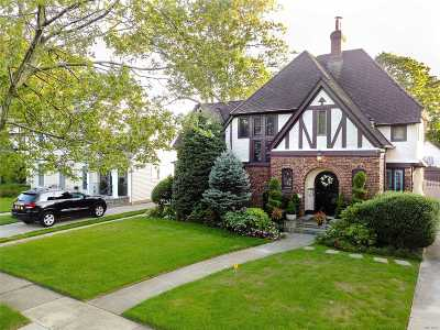 Rockville Centre Single Family Home For Sale: 30 Roxbury Rd